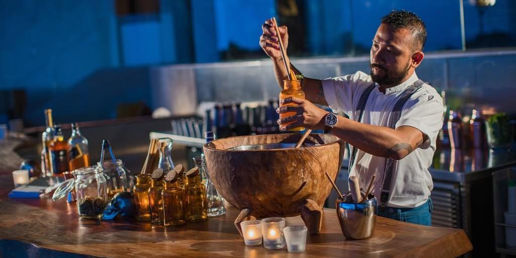 Renaissance Bali Uluwatu: Mixologist at the Bar