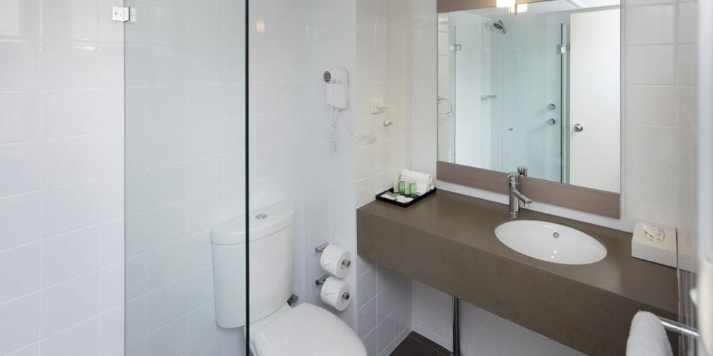 En Suite Bathroom: Ibis Perth