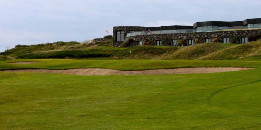 Old Head Golf Links: Clubhouse with 18th