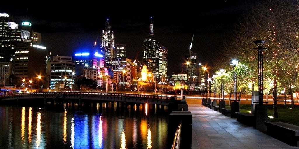 Southbank Promenade at Night: Travelodge Southbank
